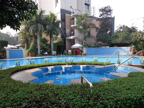Shangri-La's Eros Hotel: Piscine et jacuzzi extérieur