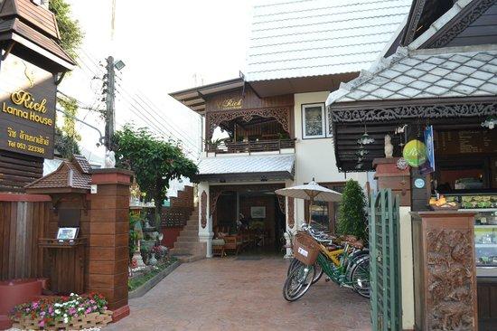 Rich Lanna House : บริเวณหน้าโรงแรม