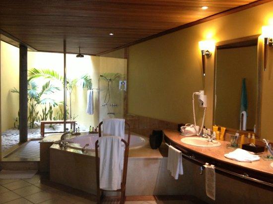 Paradis Beachcomber Golf Resort & Spa : Senior suite bathroom