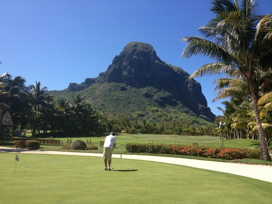 Paradis Beachcomber Golf Resort & Spa : Le Morne Brabant from the golf course practise area