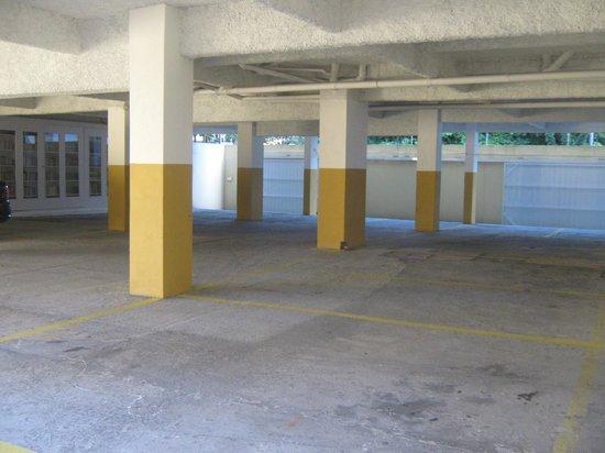 Pousada Terra do Sol : Garagem