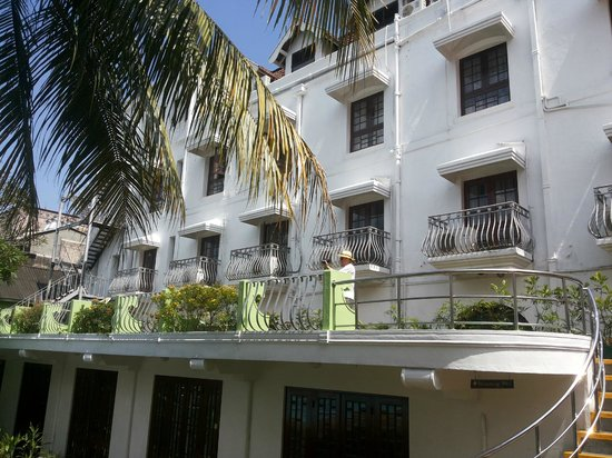 Queens Hotel Kandy : View of rooms overlooking the pool