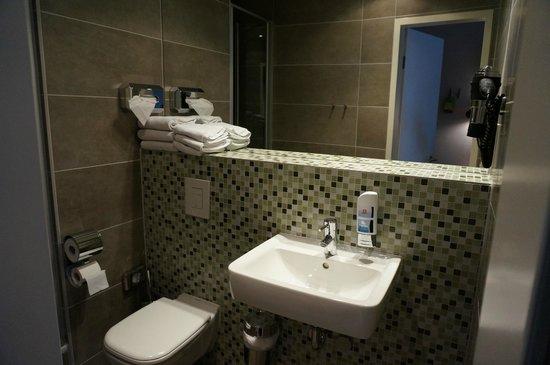 MEININGER Hotel Berlin Mitte Humboldthaus: Ванная