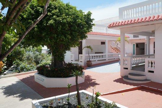 Bravo Beach Hotel: Courtyard Area