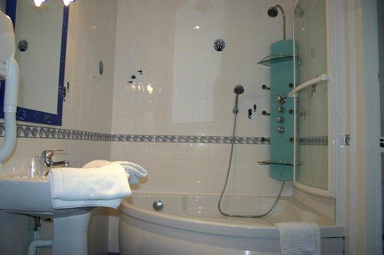 salle de bain avec baignoire d\'angle et WC séparé - Photo de Villa ...