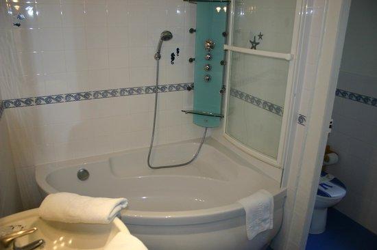 salle de bain avec baignoire d\'angle et WC separé - Photo de ...