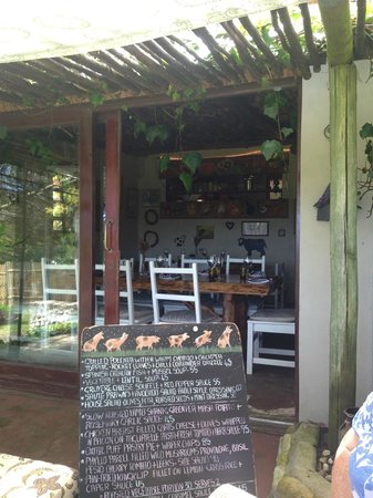 Moggs Country Cookhouse: Patio seating