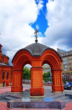 Alexandre Nevsky Cathedral (Sobor Alexandra Nevskogo): Беседка на территории собора.