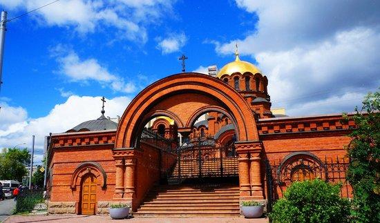 Alexandre Nevsky Cathedral (Sobor Alexandra Nevskogo): Вид на собор со стороны коммунального моста.