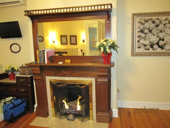 Cliffside Inn : Fireplace in the Victorian Room