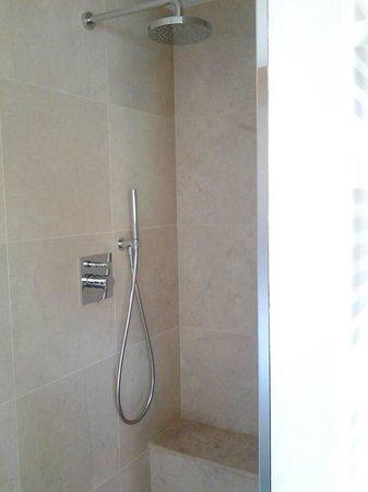 Hotel Larice: doccia in camera separata da una vetrata