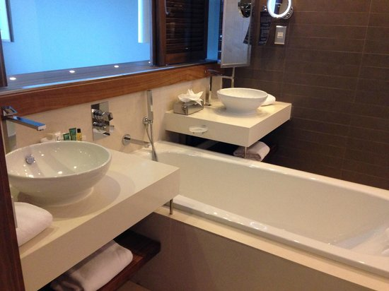 Hilton Malta: bathroom