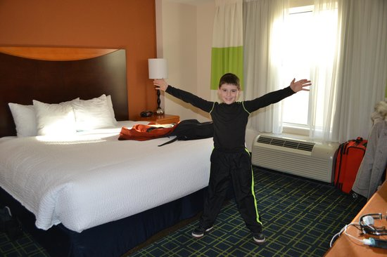 Fairfield Inn & Suites Indianapolis Downtown : A bit small, but a great room with modern, fresh feel