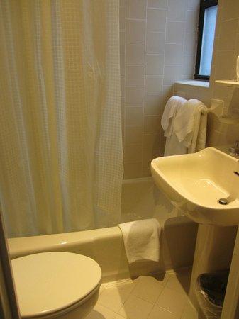 Wellington Hotel: Small bathroom