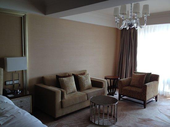 Hilton Hangzhou Qiandao Lake China : Living room area. King Grand Lake View room