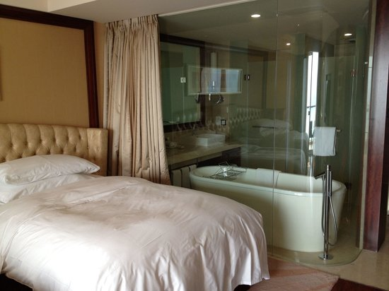 Hilton Hangzhou Qiandao Lake China : Twin Grand Lake View room. Non smoking hotel but Pillows had cigarette smell.
