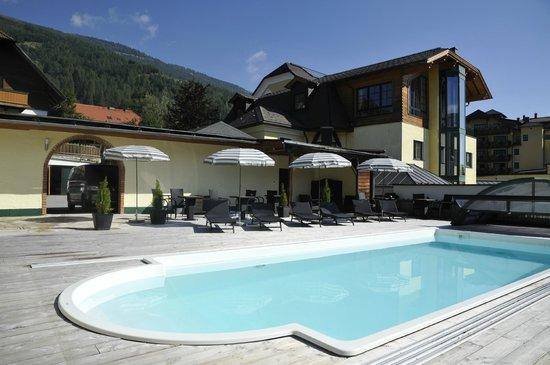 Sylpaulerhof: Gästegarten mit Schwimmbecken
