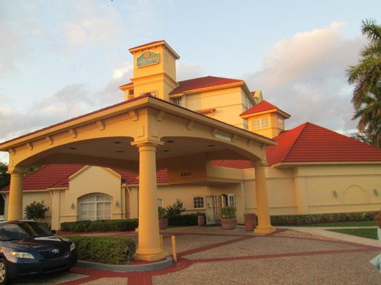 La Quinta Inn & Suites Ft. Lauderdale Airport: front of motel