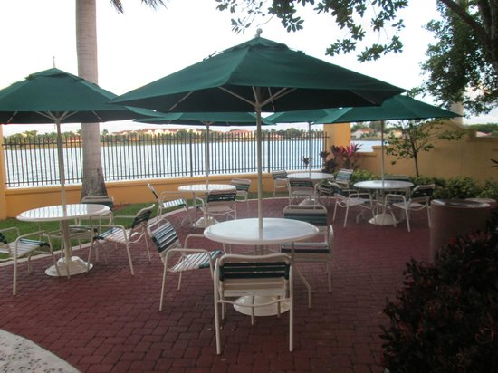 La Quinta Inn & Suites Ft. Lauderdale Airport : motel grounds