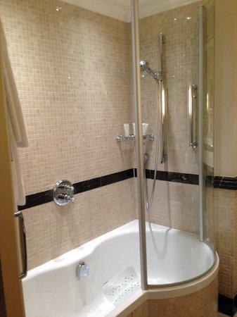 The Langham, London: Shower/bath