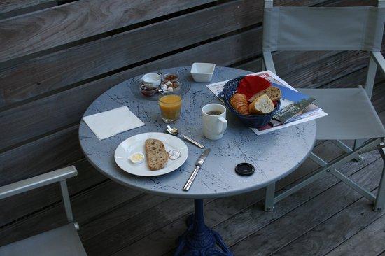 Normandie Hotel : Mon petit déjeuner au bord de la piscine