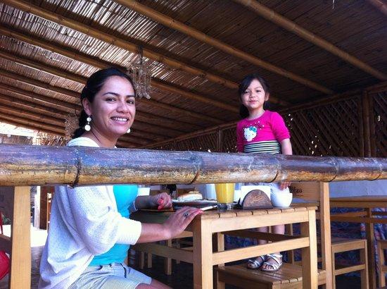 Hospedaje Ecológico Las Terrazas de Punta Sal: Desayuno de despedida con los kekitos caseros de Marina :)