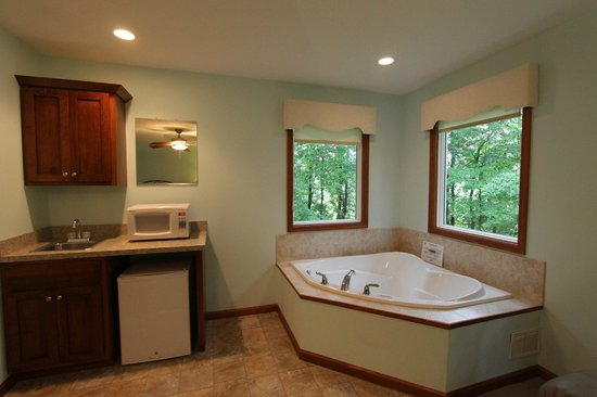 That Pretty Place Bed & Breakfast: Heart Shaped Tub - Serenity Suite Rooms