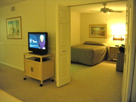Sanibel Beach Club: View into the 2 double bed bedroom