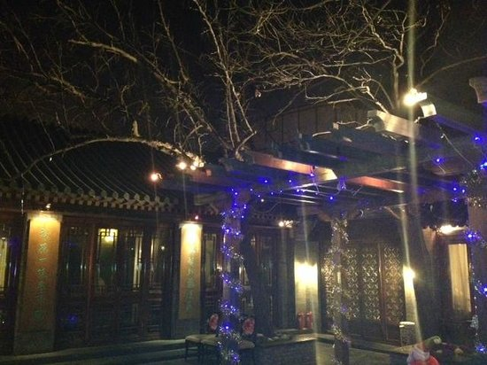 Huajia Yiyuan (Hua's Restaurant): The courtyard at the center of the restaurant