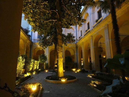 Palazzo Cardinal Cesi: Atrium/Garden/Dining/Patio area
