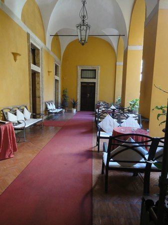 Palazzo Cardinal Cesi: Dining area in the atrium