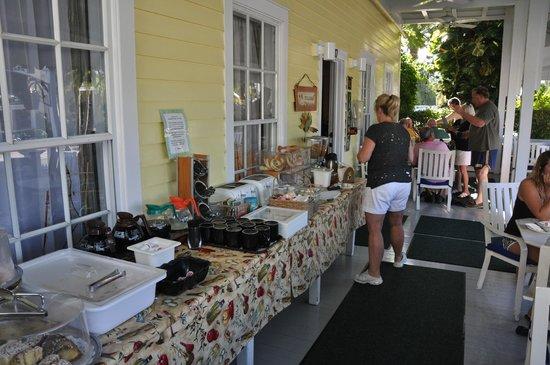 Avalon Bed and Breakfast: O café da manhã é servido na varanda - delicioso !!
