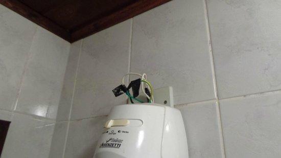 Hotel da Ilha: Fiação do chuveiro perigosa