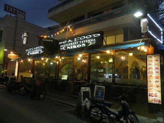 Nikos Fish Taverna: вид с улицы