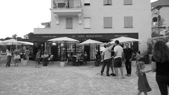 Le Tire Bouchon: pizzeria  Cave à vin    Bar à vin
