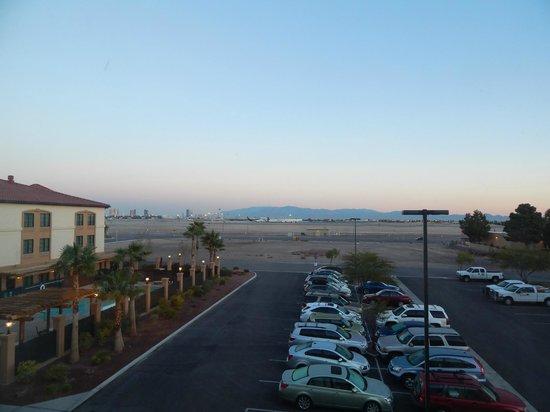 La Quinta Inn & Suites Las Vegas Airport South: Parking and aiport