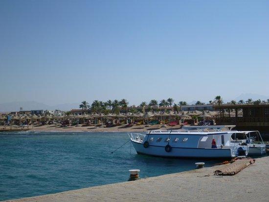 Aladdin Beach Resort: Вид на пляж с причала