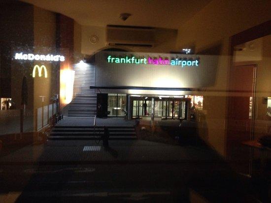 B&B Hotel Frankfurt-Hahn Airport: Dalla stanza...
