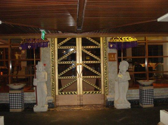 Nusa Dua Beach Hotel & Spa: Breakfast area for club rooms
