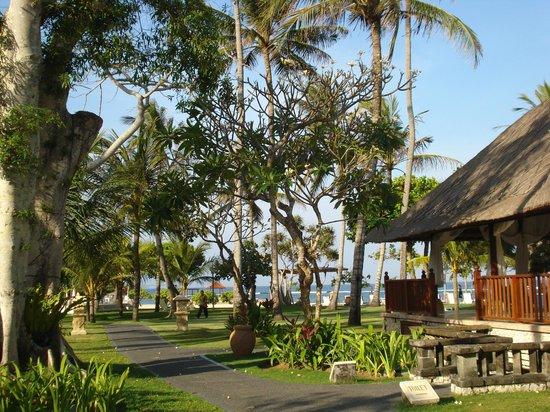 Nusa Dua Beach Hotel & Spa: walking trail around the pool