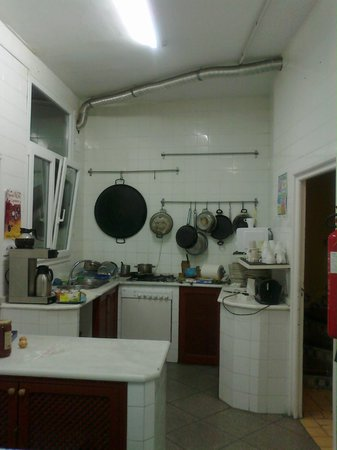 Sevilla Inn Backpackers: Cocina con mesas