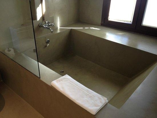 Hotel Palacio Carvajal Giron: Bañera más grande aún