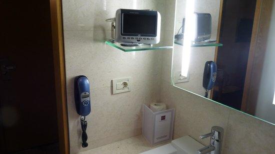 Palladion Hotel: badkamer met mini tv (haardroger lag in ter beschikking in de kleerkast)