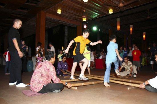 Club Med Cherating Beach: Bamboo Dance
