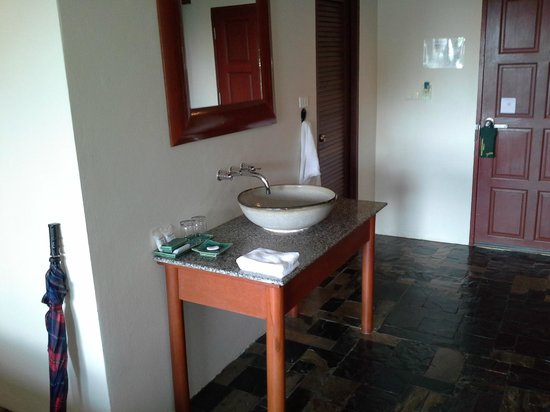 Karona Resort & Spa : washbasin