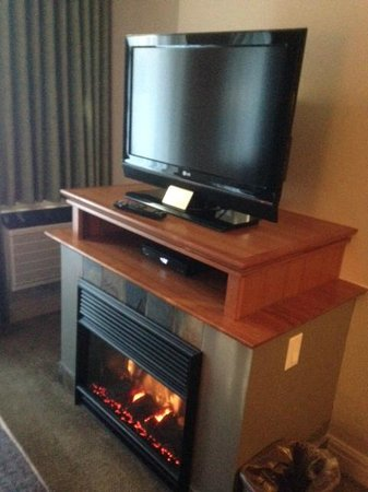 Summit Lodge Boutique Hotel: fireplace/tv