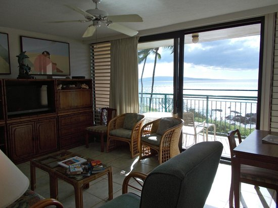 Punahoa Beach Apartments: Living room and dining area, Unit 303