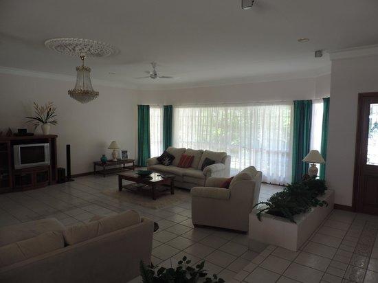 A Tropical Escape B&B: living room