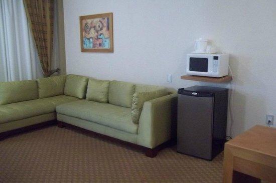 Holiday Inn Express San Luis Potosi: Large sofas, Fridge, Microwave