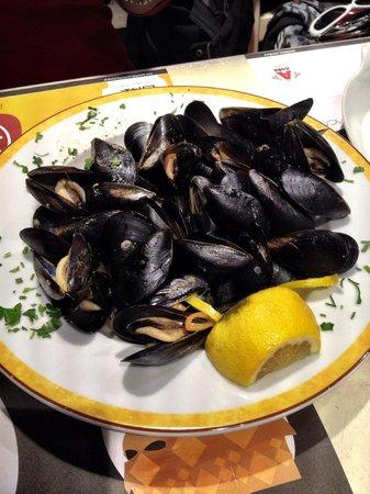 Tapas Bar: Fresh mussels in white-wine garlic sauce.